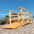 Drevený mostík s vysokým zábradlím