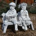 Sediace deti na lavičke ba 61,62,63